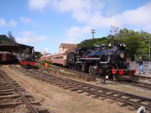 Composição na Estação de São Lourenço, locomotivas 327 (a esquerda) e 1424
