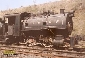 A locomotiva em Jaguariuna, logo após ter sido recebida pela ABPF, com a pintura e inscrições da CNCP (Companhia Nacional de Cimento Portland)