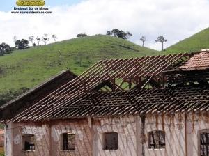 Detalhe da remoção do telhado antigo e da nova estrutura