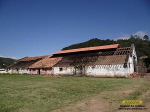 Vista do outro lado do depósito, já com novas telhas sendo instaladas no lanternim