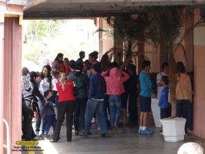 Passageiros se aglomerando na estação