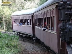 Na viagem de retorno, novamente olhares curiosos acompanhando a locomotiva 332