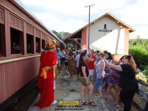 Foliões posando para fotos com o Rei Momo, edição de 2012