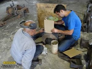 Mecânicos criando gabarito para fazer o reparo da peça