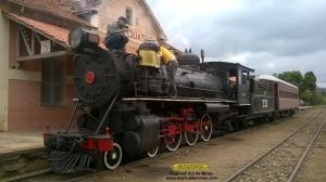 Últimos ajustes na locomotiva 332 antes de partir em direção a Cruzeiro