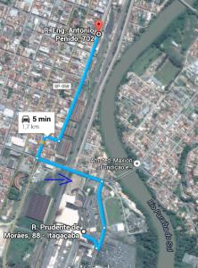 A rota direta da Maxion até a rampa, a seta azul indica o pátio onde elas trabalhavam.