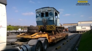 A locomotiva 167, logo após sair do interior da fábrica, no pátio externo, onde a equipe da ABPF removeu apito e válvulas de segurança para redução da altura.