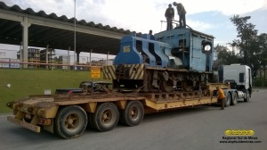 """Locomotiva 166, no pátio externo da fábrica onde a ABPF instalou um """"pantógrafo"""", para evitar que ela enroscasse em fios."""