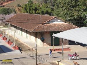 Aspecto do telhado antes do início das obras, com diversas telhas quebradas/faltantes; nota-se a ondulação devido às peças de madeira da estrutura comprometidas