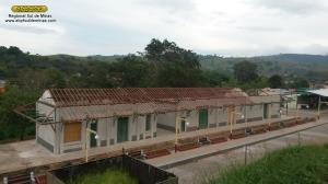 Estrutura do telhado sendo refeita com peças de madeira novas; notar que o novo revestimento das paredes já estava concluído