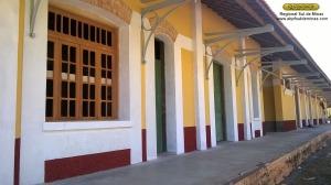 Aspecto da fachada da estação, com o novo revestimento da parede e as sobrevergas em tijolos aparentes recuperadas; em primeiro plano uma das novas janelas seguindo o modelo das antigas, fabricadas na marcenaria de São Lourenço