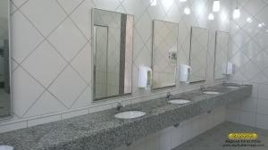 Aspecto dos lavatórios, presentes em ambos os banheiros, dotados de espelhos e saboneteiras individuais