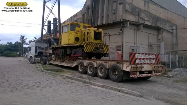 """Processo de embarque da """"Joana"""" e a mesma já carregada pronta para seguir viagem até Cruzeiro; foram necessários dois grandes guindastes para realizar o içamento das locomotivas e colocá-las sobre as carretas"""