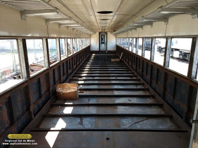 Aspecto interno do carro após remoção do isolamento antigo e da estrutura de madeira.