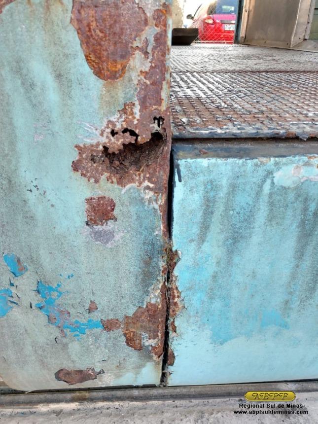 Um dos pontos de ferrugem do PC-6390 que será corrigido, com substituição da chapa danificada.