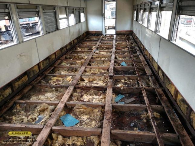 Aspecto do interior do carro PC-6390 após a remoção do piso antigo: estrutura de madeira comprometida além do isolamento completamente deteriorado.