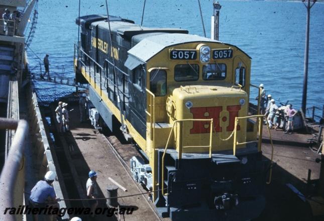 A 5057 sendo içada no porto de Dampier para embarcar no navio MV Iron Baron em 1978. Fonte: railheritagewa.org.au
