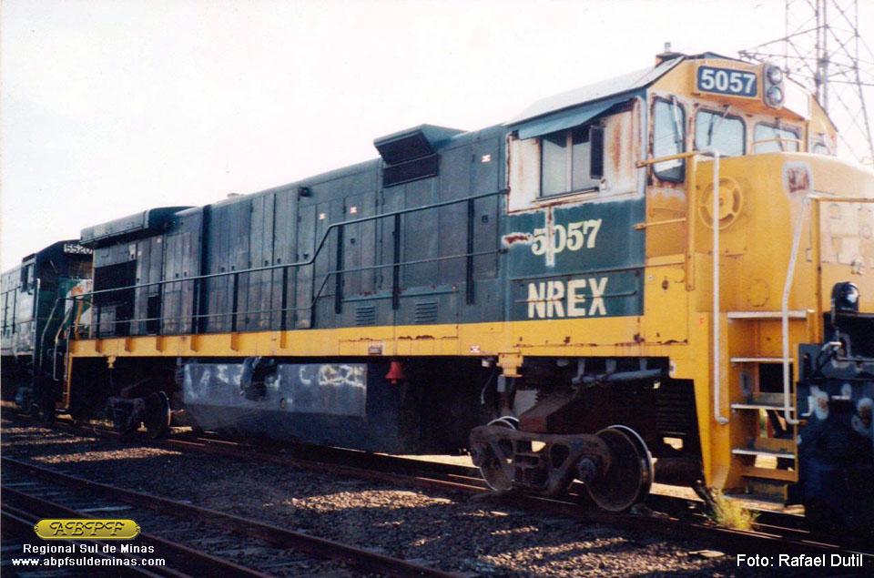 """A 5057 recém chegada no Brasil. A pintura ainda era a da HI, somente com as inscrições daquela ferrovia tampadas e com a aplicação do """"NREX"""" nas laterais da cabine. Foto: Rafael Dutil"""