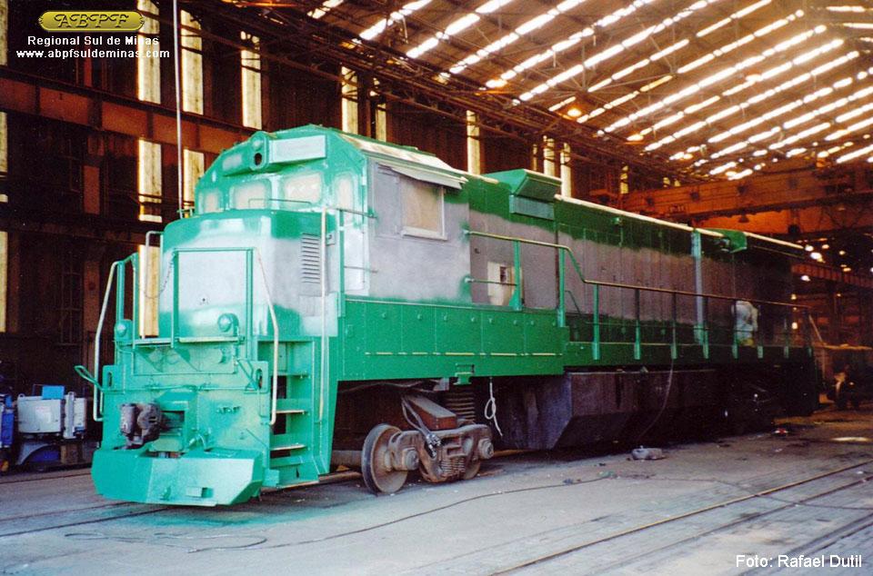 A 5057 em reforma na MGE, já recebendo as cores da Brasil Ferrovias. Foto: Rafael Dutil