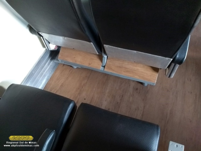 Detalhe dos apoios de pés dos bancos, revestidos com piso afim de se proteger os mesmos