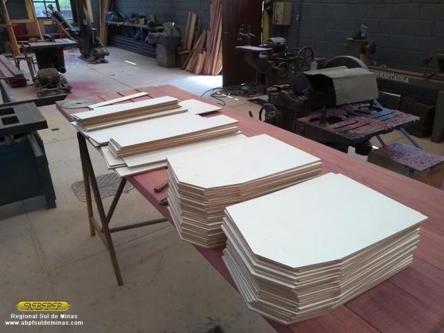 Novas laterais de madeira para os bancos foram confeccionadas na marcenaria de São Lourenço